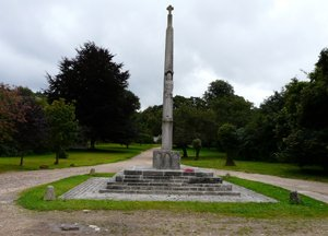 Briantspuddle memorial cross © L Hole, 2012